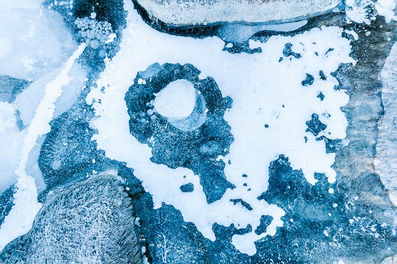 Bulles d'air piégées dans la glace en formation à la surface d'un torrent de montagne. Queyras, décembre 2015.